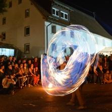 Unterhaltungskünstler mittelalterliche Feuershow, moderne Feuershow, Halloween Feuershow