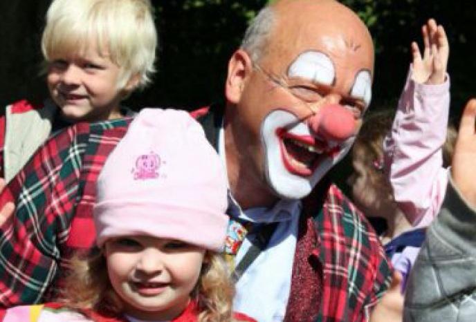 Unterhaltungskünstler München Clown,  Zauberer, Ballonmodelleur, Comedy Kellner und Weinachtsmann